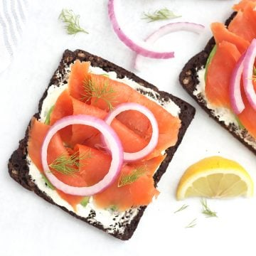 Smoked salmon on rye bread with red onions.